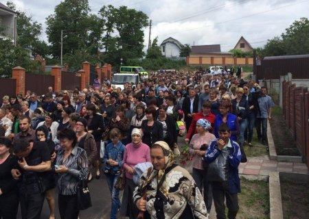 В Василькове хоронят девочек, сбитых пьяным лихачем на ВАЗе