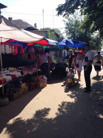 Стихійна торгівля по вулиці Володимирська