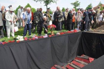 8 травня 2017 року, у селі Гатне на Київщині, з усіма військовими почестями перепоховали останки 110 воїнів – захисників Києва.